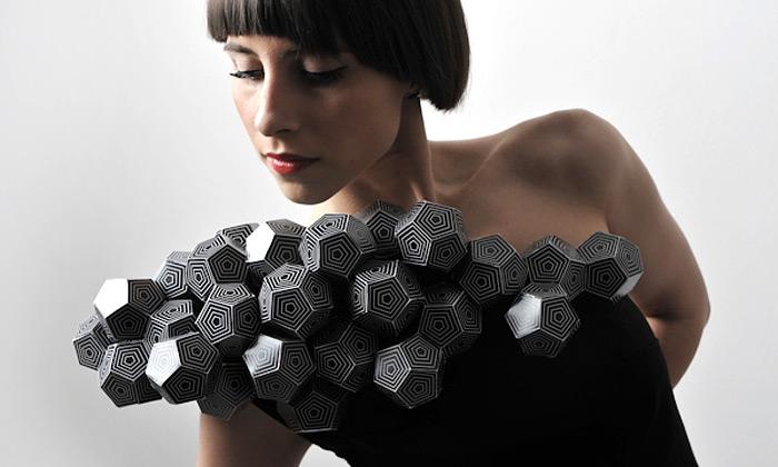 Amila Hrustic navrhla šaty splatónskou geometrií