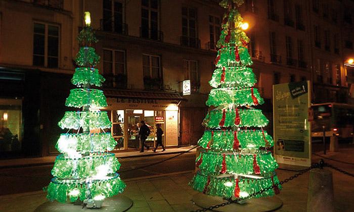 V Paříži svítí ekologické vánoční stromky zPET láhví