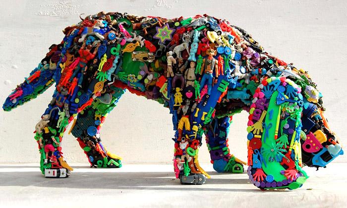 Robert Bradford staví recyklované sochy zhraček