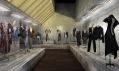 Ukázka z výstavy Alexander McQueen s názvem Savage Beauty