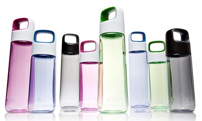 Plastová láhev navodu Kor Aura má tvar obelisku