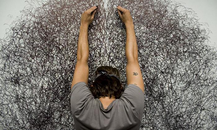 Tony Orrico spojuje pohyb akresbu vabstraktní díla