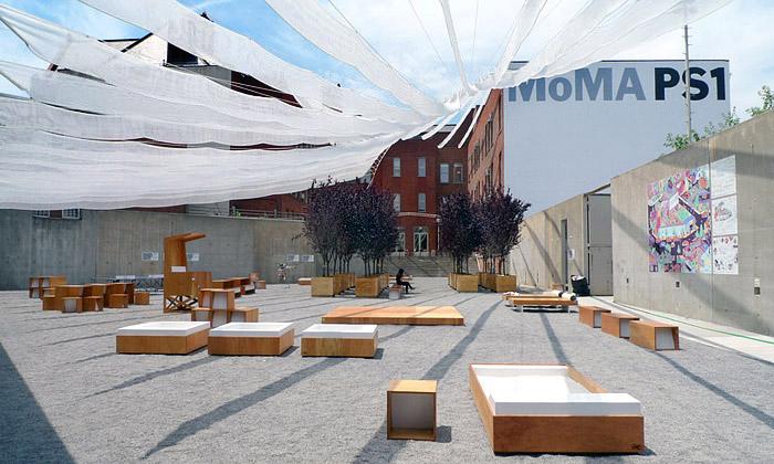 MoMA PS1 zastínila veřejné nádvoří určené relaxaci