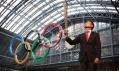 Olympijská pochodeň pro Londýn 2012 a sportovec Seb Coe