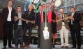 Olympijská pochodeň pro Londýn 2012 s designéry a známými britskými sportovci