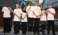 Olympijská pochodeň pro Londýn 2012 v dětských rukou