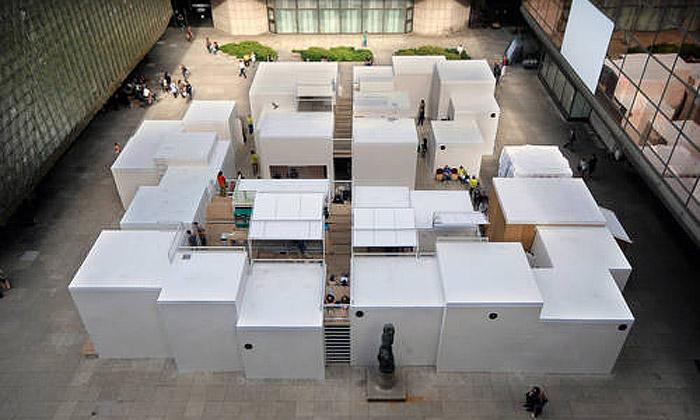 Pražské Quadriennale nabízí živý labyrint ikostýmy