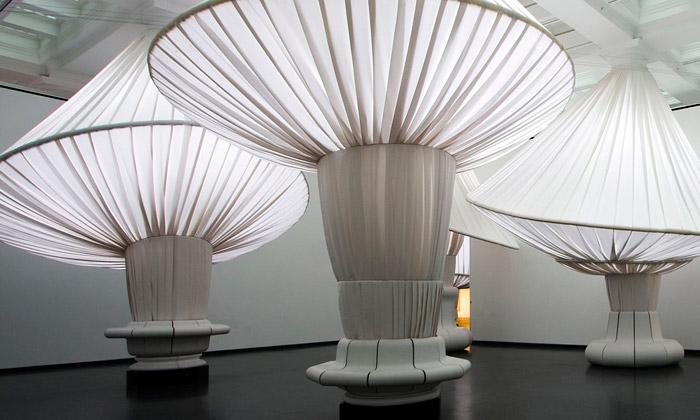 Brooklyn Museum má halu plnou světelných sloupů