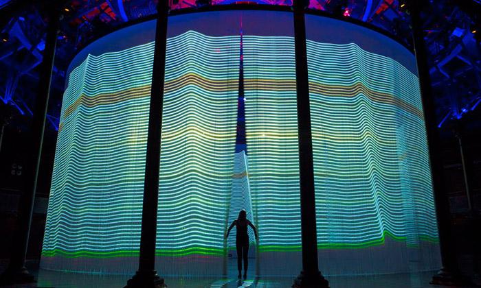Ron Arad otevřel interaktivní pavilon Curtain Call