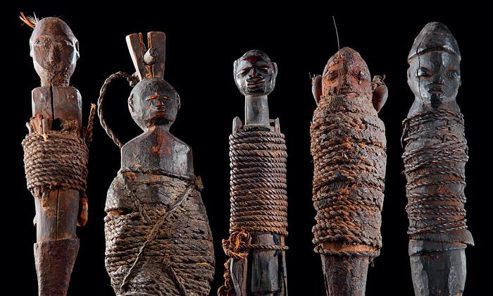 Paříž vystavuje strašidelné panenky voodoo zAfriky