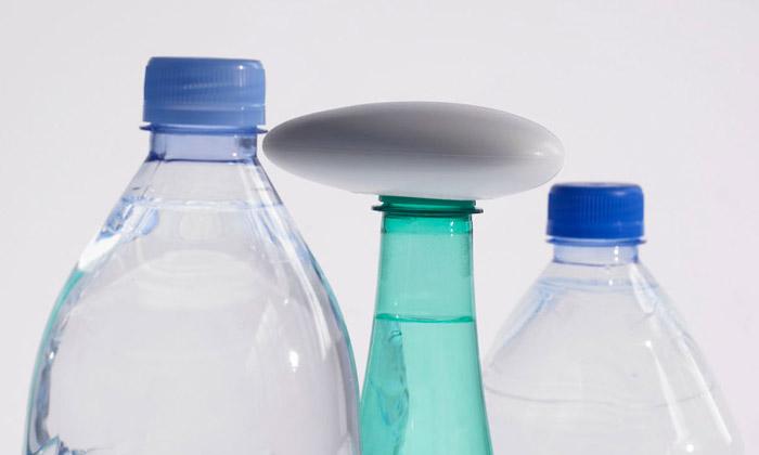 Arik Levy navrhl oblázek jako otvírák naPET láhve