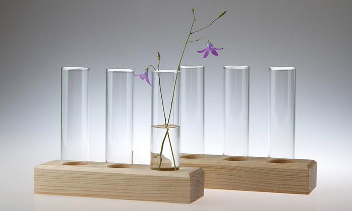 Martin Jakobsen navrhl vázy Trinity naluční kvítí