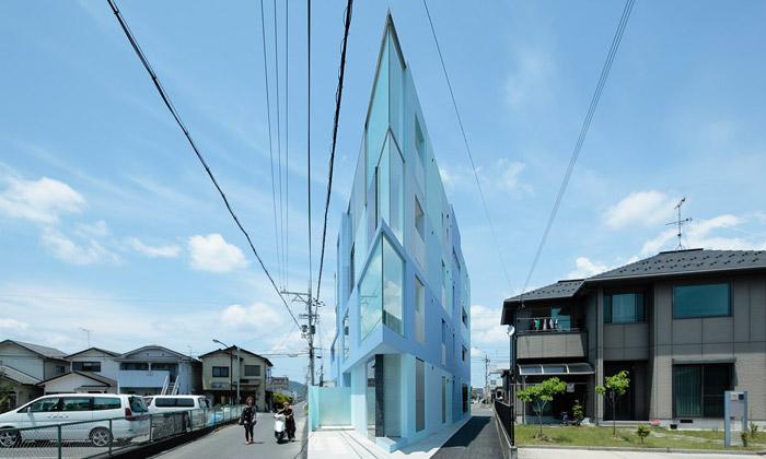 Japonsko má nový bytový dům ostrý jako žiletka