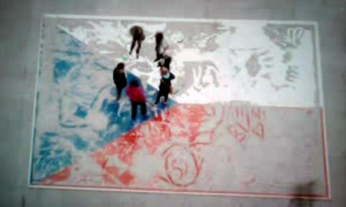 Pomalujte pískem českou vlajku vinstalaci Pro Tebe