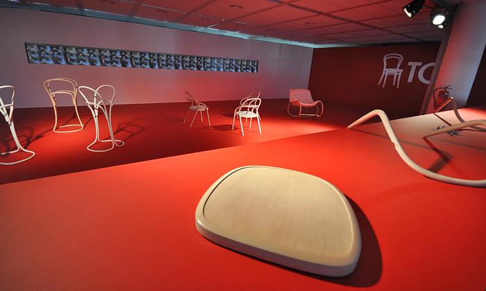 Ton uvedl včervené naDesignbloku novou židli 002