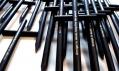 Černá tužka Design is Dead ve tvaru kříže od StudioLav