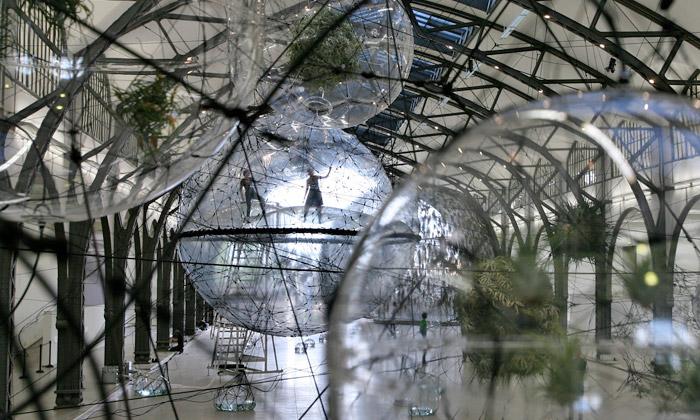 Tomás Saraceno vystavuje vBerlíně město zbublin