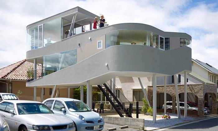 Japonská rodina si postavila dům jako ptačí hnízdo