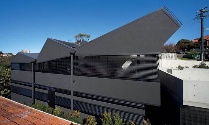 Robustní dům vSydney ukrývá interiér plný stínů