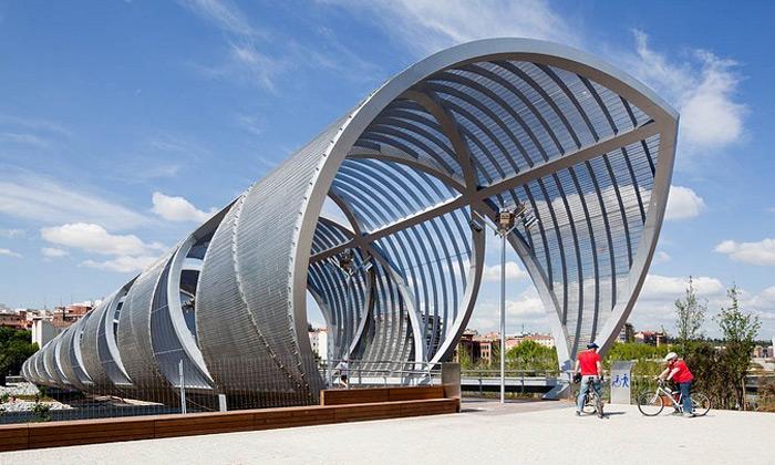 Madrid postavil most pro pěší stvarem šroubovice