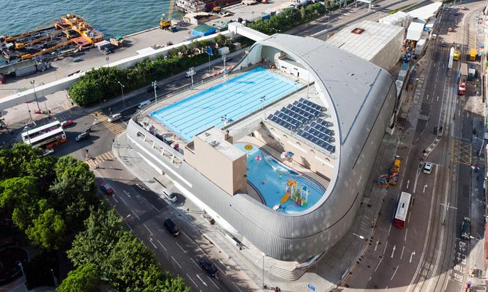 Hongkong zdobí kosmický venkovní plavecký bazén