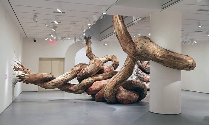 Henrique Oliveira sochá obří mimozemské netvory