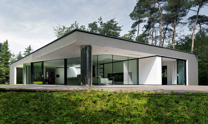 Chladně minimalistická Villa Veth stojí přímo ulesa