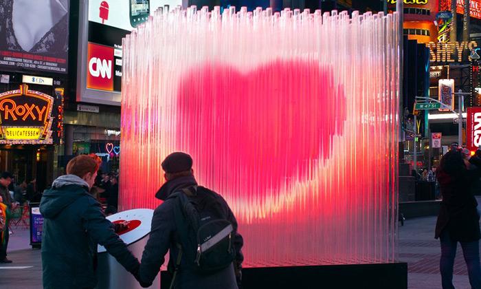 BIG rozsvítili naTimes Square velké skleněné srdce