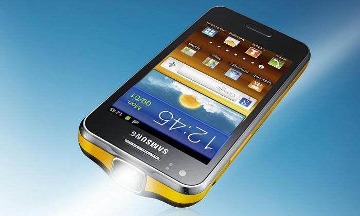 Samsung Galaxy Beam jetenký mobil sprojektorem