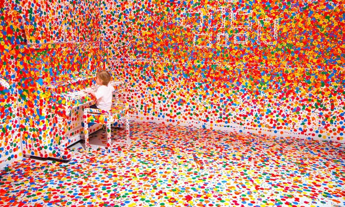 Kusama vystavuje bílý pokoj pokrytý puntíky odlidí