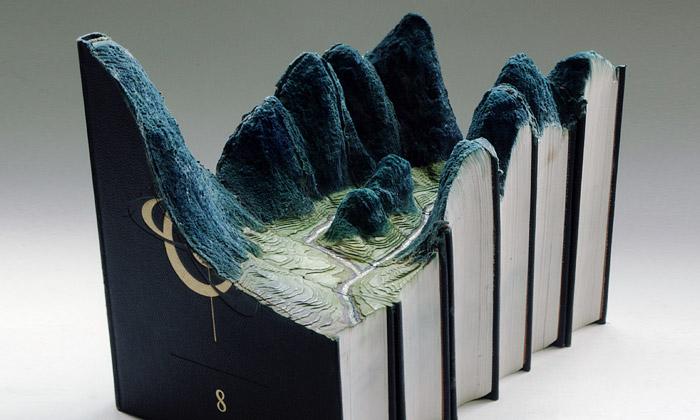 Guy Laramée vyřezává nové světy vesvazcích knih