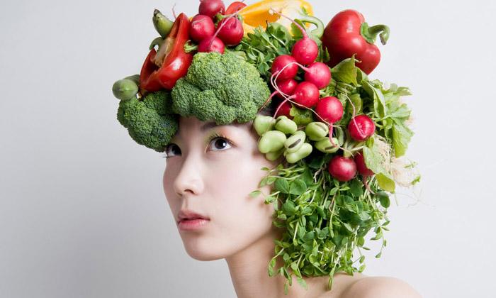 Hanayuishi Takaya vytváří účesy zkvětin izeleniny