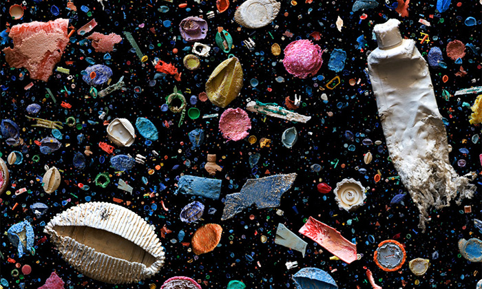 Mandy Barker tvoří působivé koláže zodpadu moře