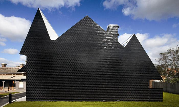Australská škola PEGS má tvary strašidelného domu