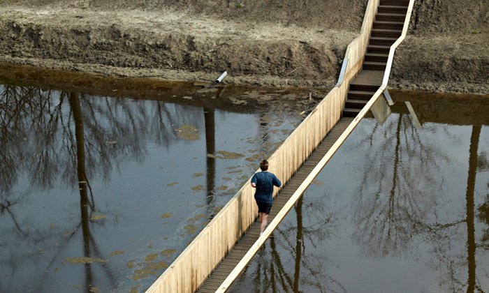 Nizozemský most jezapuštěn pod hladinu kanálu