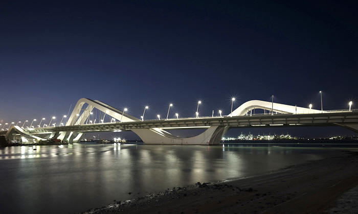 Sheikh Zayed Bridge v Abu Dhabi od Zaha Hadid Architects
