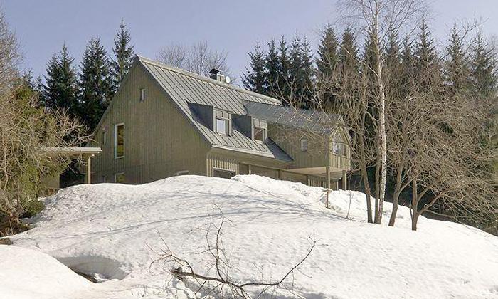 V Jizerských horách vyrostl malebný dřevěný dům