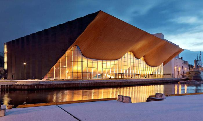 Norským divadlem Kilden prostupuje zvlněné dřevo
