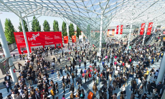 Miláno otevírá obří veletrh ISaloni aožívá designem