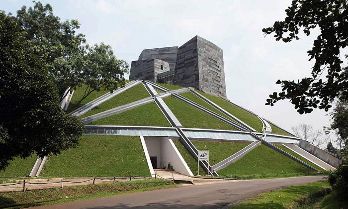Knihovna Indonéské univerzity seskrývá vzemi