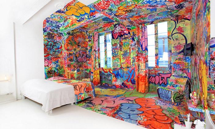 Tilt pomaloval bílý hotelový pokoj zpoloviny graffiti