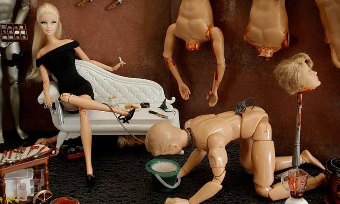 Zvrhlá Barbie nafotografiích vraždí aprovokuje