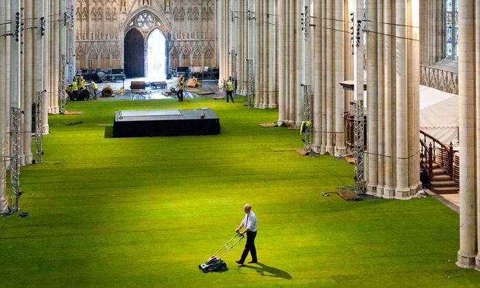 Yorská katedrála pokryla svou podlahu živou trávou