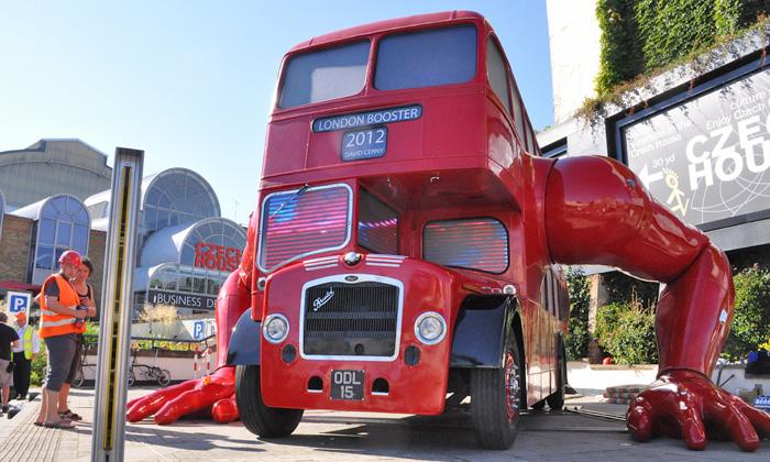 David Černý vystavil naolympiádě cvičící autobus