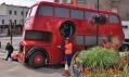 David Černý a jeho London Booster při instalaci