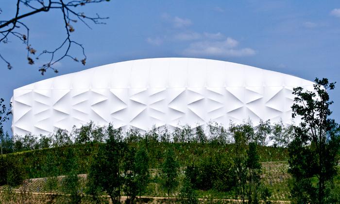 Basketbalová aréna vLondýně potažena bílou kůží