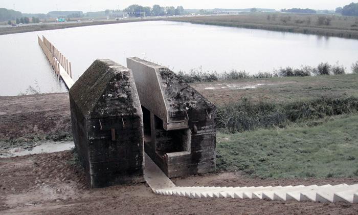 Stezka namolo vede skrze starý rozříznutý bunkr