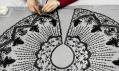Postupy restaurování šatů značky Balenciaga k výstavě