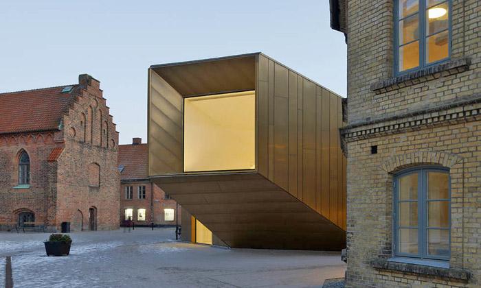 Bronzová budova kontrastuje sešvédským kostelem