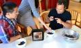 Nezvyklý fotorámeček Instacube zobrazující fotky z Instagramu